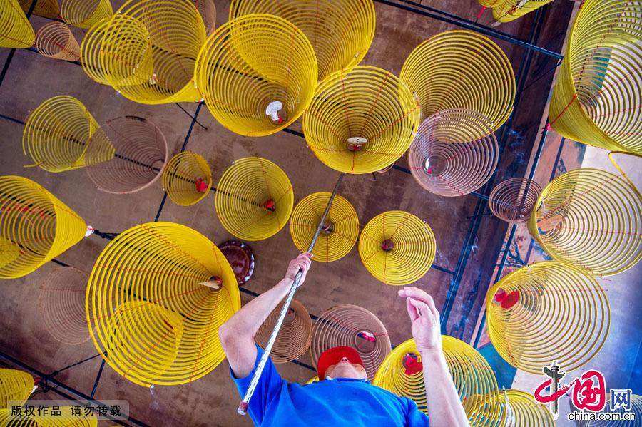 2015年5月11日(农历3月23)是海神妈祖诞辰1055周年纪念日。10日,众多当地信徒和民众来到深圳赤湾天后宫拜祭妈祖。中国网图片库 邓飞摄