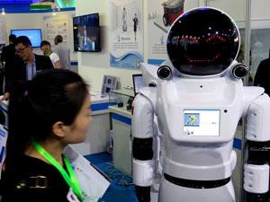 宇航员迎宾机器人亮相2015北京科博会