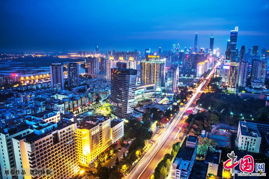 2015年3月28日,下班晚高峰时段,深圳深南大道车辆向前移动的轨迹,在建筑物和灯光的映衬下,美不胜收。中国网图片库 邓飞摄
