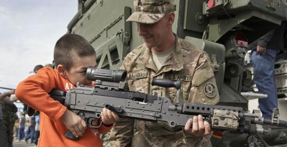 美軍辦軍事演練 萌娃拿起重機槍
