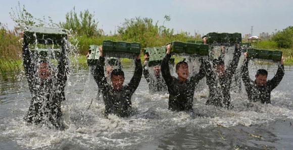 武警魔鬼訓練:泥潭中扛圓木 負重衝過河