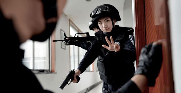 安徽銅陵特警開展反恐技能大練兵 美女特警亮相