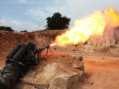 解放軍用噴火器打碉堡 幾十米外打爆目標
