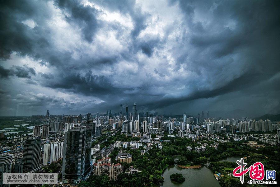 2015年5月20日,深圳遭受暴雨袭击,暴雨云团在深圳上空席卷而过,高耸的楼群在云中时隐时现,变幻莫测,犹如魔幻末日世界。 中国网图片库 邓飞/摄
