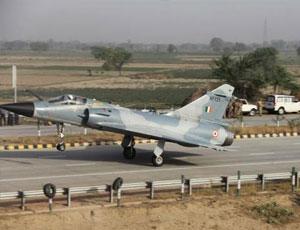 印軍幻影2000戰機在高速路降落