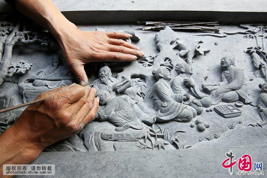 """徽州石雕作为徽州一个富有特定生命意义的艺术形式,与传统的徽州砖雕、木雕、竹雕并称""""徽州四雕"""",是徽派建筑精美细节的完美体现。中国网图片库 吴孙民/摄"""