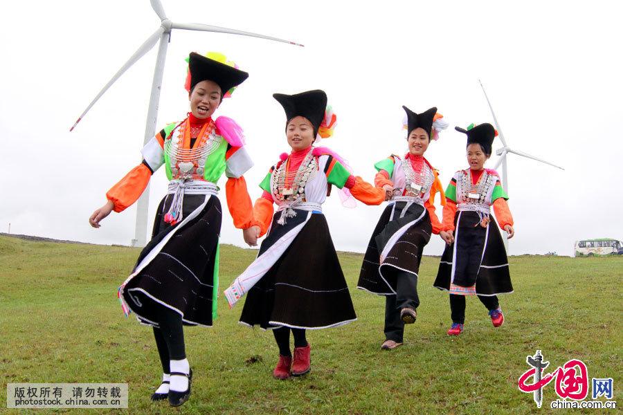 """农历四月初八,是苗族同胞的传统节日""""四月八""""。数千名身着盛装的苗族同胞在贵阳市花溪区高坡乡云顶草场载歌载舞,欢庆这一年一度的传统节日。中国网图片库张晖摄影"""