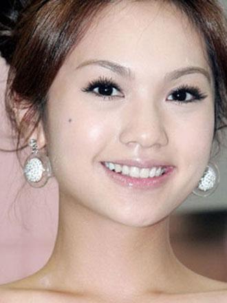 有报道指台湾一个节目有资深传媒人爆料指台湾有位女艺人获台湾富商父