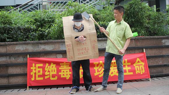 """重庆两男子街头上演刀砍""""死囚""""自称宣传禁毒"""