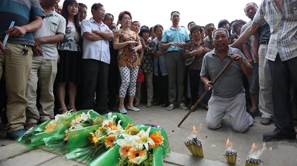 河南鲁山敬老院火灾致38人死 市民烧香祈福