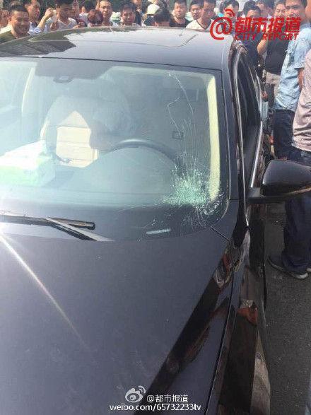 郑州滴滴专车被百名出租车司机围堵砸车
