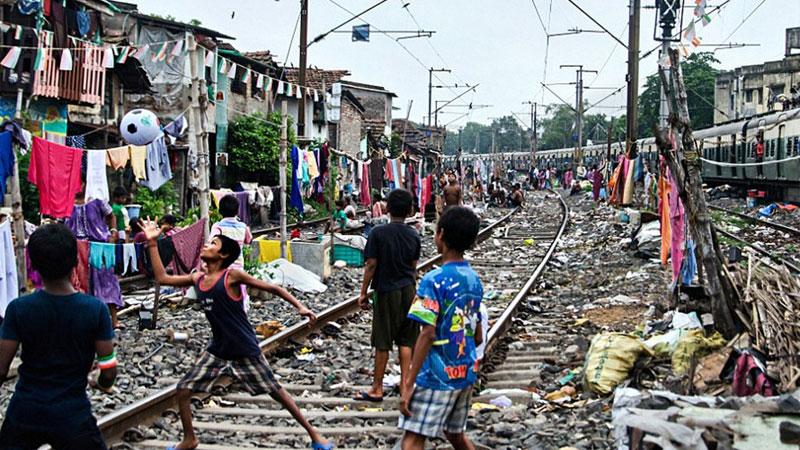 【全球头图】印度铁路沿线上的贫民窟:铁轨是孩子的天堂