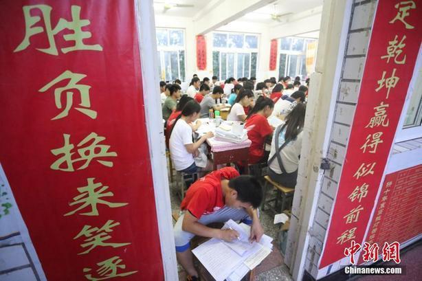 河南考生備戰高考 標語口號貼滿教室(高清組圖)
