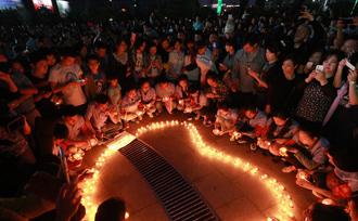 近千名民众自发为沉船乘客祈福