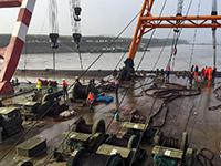 沉船整體扶正打撈工作正在進行中