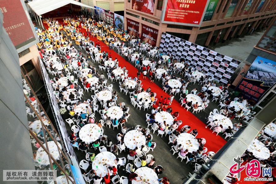 6月9日,贵州安顺万邦建材大市场开业,商家为答谢周边百姓和广大顾客,举办了一场别开生面的千人宴款待四方宾客。据介绍,免费千人宴只有8道菜,以素食为主。中国网图片库 卢维摄