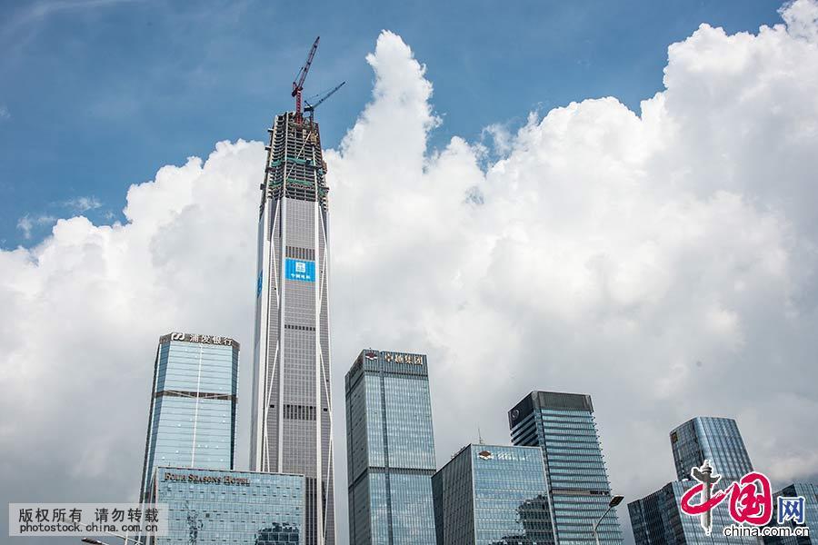 即将建成的平安国际金融中心。作为深圳的新地标,平安国际金融中心封顶后高度超过600米,自2009年开工以来,不断刷新各项工程建设记录,创造了多项世界第一,项目占地1.9万平方米,工程分塔楼、裙楼和整体地下室三部分,塔楼118层,地下5层,基坑最深为-33.3米,是国内目前最深的大型基坑。工程塔楼结构采用巨型框架核心筒外伸臂体系,裙楼采用钢框架剪力墙体系。工程预计于2016年1月整体竣工。中国网图片库邓飞 摄