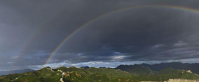 金山岭长城再现十年一遇彩虹 数百游客目睹奇观