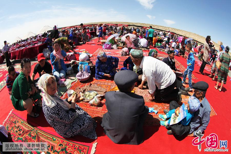 """苏乃孜(清泉节)是全疆唯一以节水、爱水、增水及木卡姆、麦西来甫歌舞融为一体的群众自发组织的地方性民间传统活动。2007年4月23日,伊吾县下马崖乡""""清泉节""""被自治区正式纳入非物质文化遗产保护行列"""