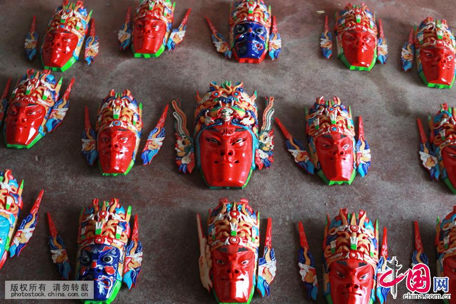 安顺木雕面具,是国家非物质文化遗产贵州安顺地戏表演的重要道具。它的雕刻工艺复杂而精细,色彩绚丽明亮,风格兼具写实和夸张。面具采用木质细腻的木料,运用几十种不同的工具,通过截林、剖半、出坯、白面、上彩等工序雕刻而成