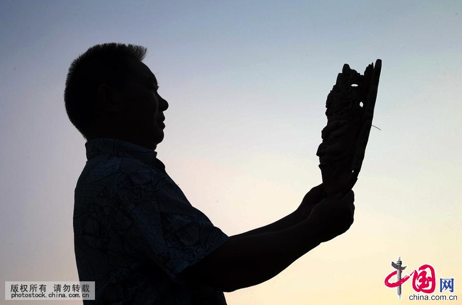 """""""刻刀让我闯出了一条生活之路,也让我改变了命运,这是门古老的技艺,我有责任和义务将它发扬光大。"""" 他就是非物质文化遗产项目——安顺木雕贵州省级代表性传承人杨正洪。中国网图片库 卢维摄"""