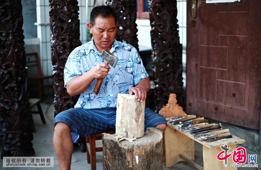 杨正洪,贵州省安顺市西秀区雕刻世家出身,16岁就拿起刻刀从事安顺木雕面具制作,到目前已经从事38年。他在承袭祖传雕刻技艺的同时,他多年来不断创新,将传统雕刻工艺与安顺民间艺术融会贯通