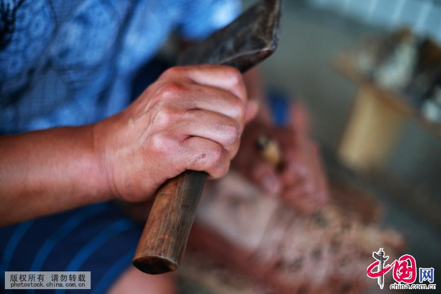 长期的磨练使他对雕刻技艺有了自己独道的创新和见解,但也是付出了代价,手指雕刻时留下了累累疤痕。中国网图片库 卢维摄