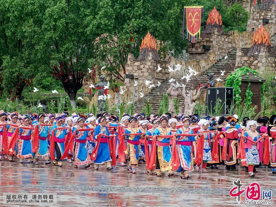 """瓦尔俄足节,汉语俗称""""歌仙节""""或""""领歌节""""。因为是完全由羌族女性参加的习俗活动,又被称作""""羌族妇女节""""。中国网图片库 刘国兴 摄"""