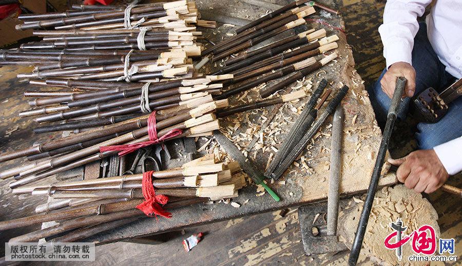 笙,是源自中国的簧管乐器,是世界上最早使用自由簧的乐器。6月18日,安徽省蒙城县,卢家笙制作工艺省级代表性传承人卢俊军在自己的作坊中对选用的笙管进行打磨处理。中国网图片库 胡卫国 摄