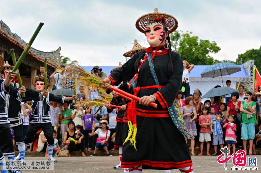 """禾楼舞是广东省郁南县的一种汉族民俗文艺娱乐节目,被称为是汉族舞蹈中的""""活化石""""。它是云浮市古代农耕文化的产物,源于中原神农氏的神话传说,主要流传于南江流域地区的郁南县连滩镇一带。中国网图片库 许建梅摄"""