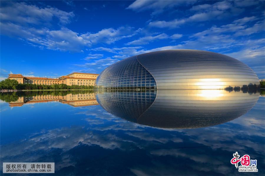 2015年7月1日,北京好天气,傍晚时分国家大剧院宛如天空之镜。中国网图片库 杨东摄