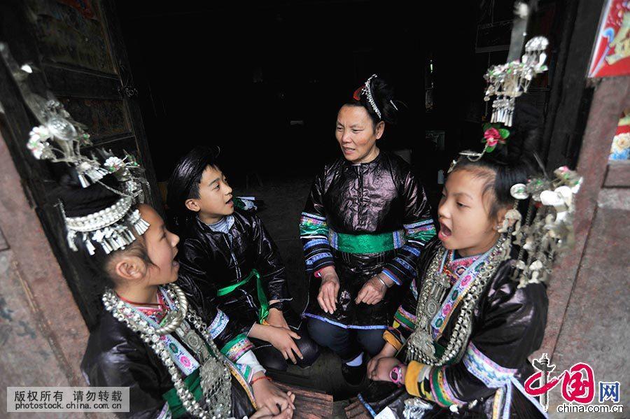 胡官美把两个女儿培养成了新一代歌师。目前,三个孙辈的孩子天天缠着她歌。中国网图片库 杨希 摄