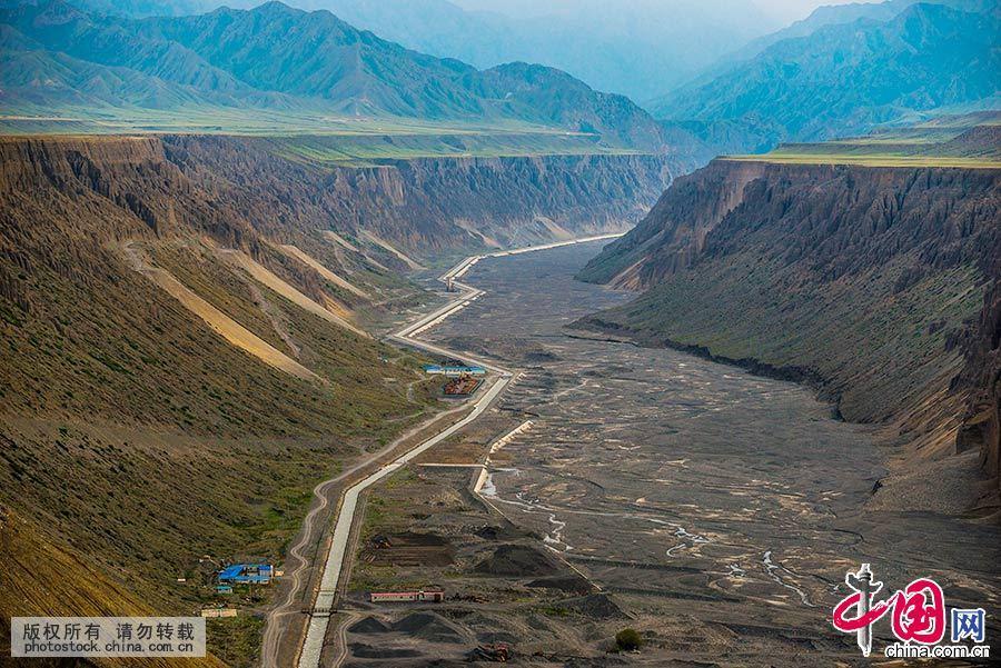 独山子大峡谷位于新疆克拉玛依市独山子区境内,河水冲出天山后,切割独山子西南方向倾斜平原形成的神奇风光峡谷。中国网图片库 祁军 摄