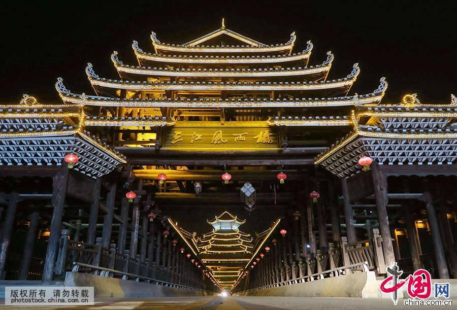 整座建筑凿榫打眼,穿梁接拱,立柱连枋不用一颗铁钉,全以榫卯连接,结构