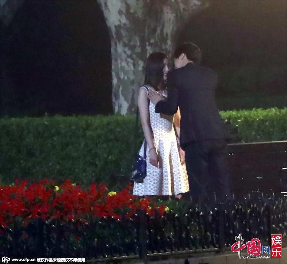 杨幂疑遭李易峰袭胸拍吻戏连吻两遍频笑场