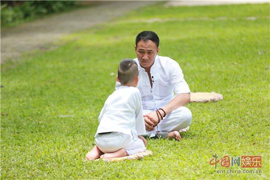 胡军坦言和儿子变亲近 学乖不敢'违抗'康康(图)