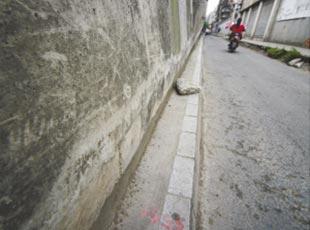 成都最窄人行道 宽仅10厘米