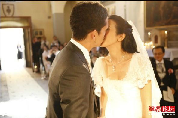 蔚范玮琪 盘点明星婚礼上的热吻瞬间