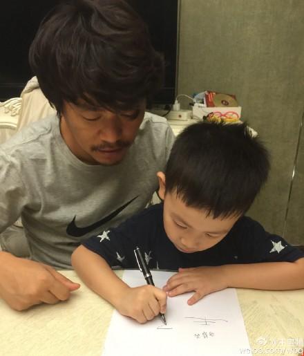 王寶強教兒子寫漢字網友:孩子比你帥(圖)
