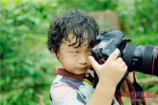 """神情专注,轩轩拿相机给夏天和老爸拍照,场面逗趣,网友直呼:""""原来萌娃"""
