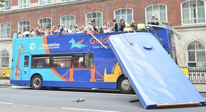 英国双层巴士撞上大树 车顶掀翻