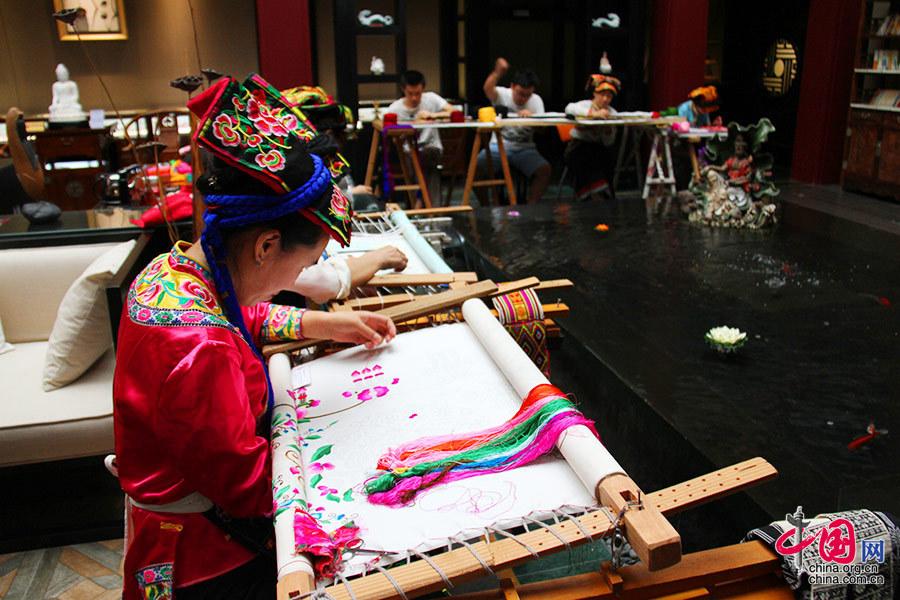 羌绣起源于中国少数名族,羌族。自公元1500年起至今,羌族人就开始保持着身着传统羌族服饰的习俗,而羌绣都为手工刺绣,是羌族女性代代相传的手艺,珍稀的羌绣艺术可谓渊源流长。中国网 但唐文 摄