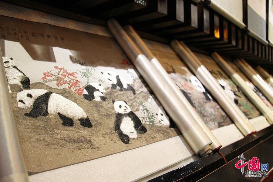 蜀锦,又称蜀江锦,是起源于战国时期中国四川省成都市所出产的锦类丝织品,有两千年的历史,大多以经线彩色起彩,彩条添花,经纬起花,先彩条后锦群,方形、条形、几何骨架添花,对称纹样,四方连续,色调鲜艳,对比性强,是一种具有汉民族特色和地方风格的多彩织锦。 中国网 但唐文 摄