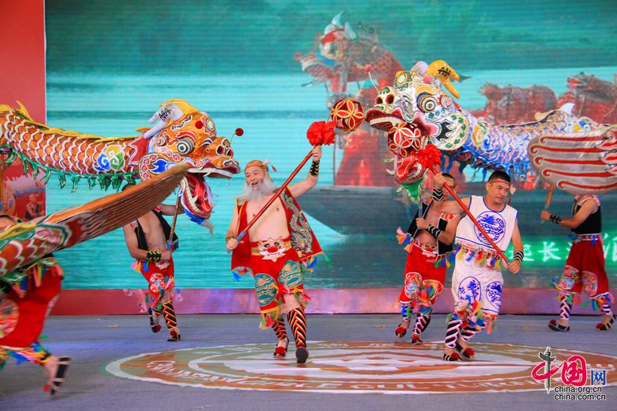 """泸县是文化部命名的""""龙文化之乡""""、""""龙舞之乡""""。泸县以丰富的龙舞资源为依托,每年举办了""""龙舞闹元宵""""、""""雨坛彩龙民俗文化活动""""等一系列群众喜闻乐见的龙文化主题活动。中国网 但唐文 摄"""