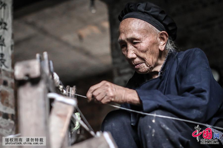 村民家里一般都有一套纺纱的机器,从女孩子到年迈八旬的老人都能织出各种各样的布匹,村民们用自己种的棉花纺线织布。中国网图片库 张晖 摄