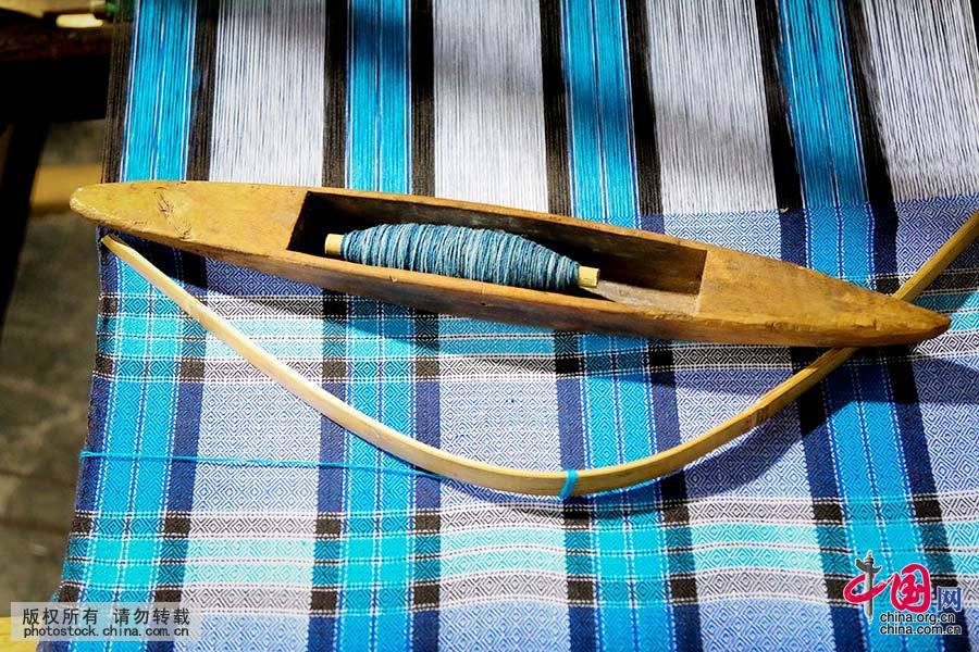 村民们用自己种的棉花纺线织布。中国网图片库 张晖 摄