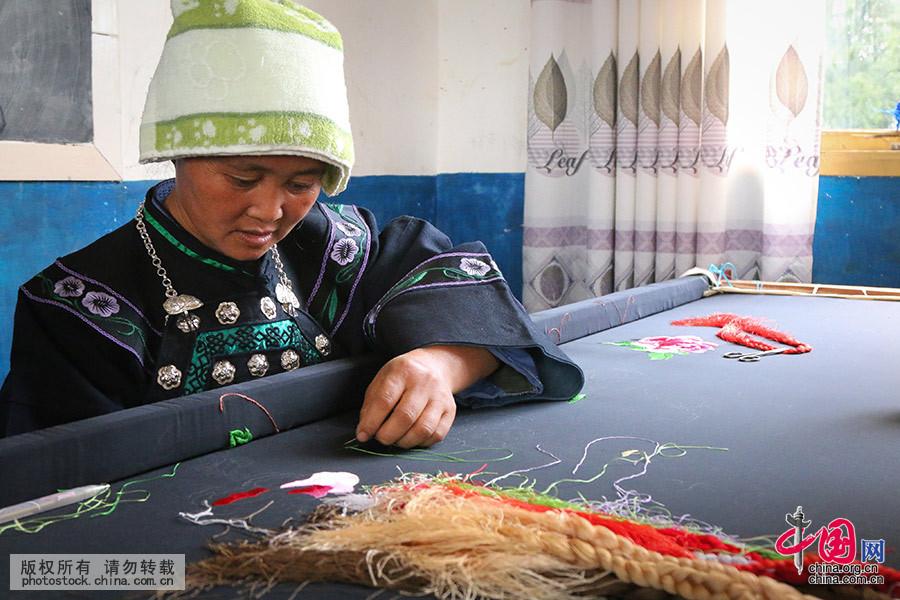 布依群众飞针走线,巧绣花鸟鱼虫,编织历史文化和幸福生活。中国网图片库 张晖 摄