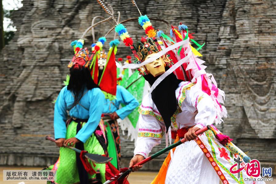 """贵州屯堡地戏又称""""跳神"""",是盛行于贵州安顺市屯堡区域的一种民间戏曲。以其粗犷、奔放的艺术个性和深邃的文化内涵而深受屯堡人的欢迎。"""