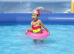 泳池里快乐玩耍的儿童