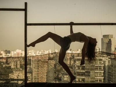 加拿大女子78层高楼边缘拍写真